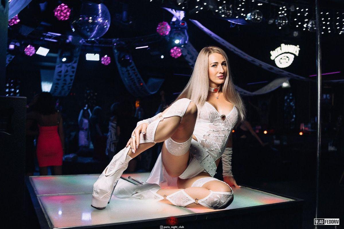 Стрептиз стриптиз в женском клубе первокурсница в ночном клубе